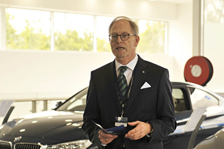 ALPINA公司首席执行官Andreas Bovensiepen先生介绍ALPINA的经典传奇。(安柏超/大纪元)