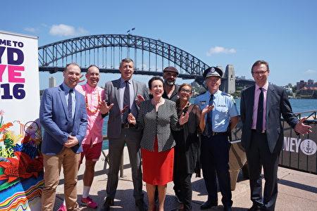 悉尼市長摩爾(Clover Moore)、警署副警監福勒(Mick Fuller)及相關活動設計人員共同宣佈了2016-2017跨年慶典的啟動和人們可以期待的亮點。(燕楠/大紀元)