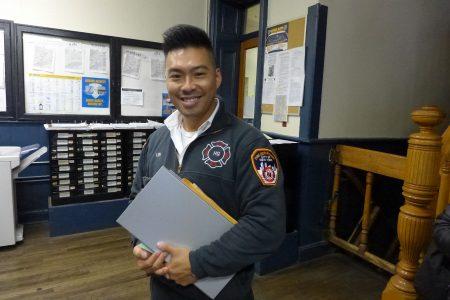 紐約市消防局「招聘及留用人員」辦公室聯絡員林遠文,呼吁華人有志者報考,加入消防局。 (蔡溶/大紀元)