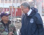 紐約市長白思豪問候退伍軍人Samuel Rosado。 (奧利弗/大紀元)