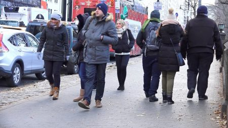 受到極地渦旋影響,民眾出門全身包緊緊。