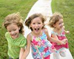有推特用户在网上分享有关育儿的笑话,为人父母者看了应该会会心地一笑。图为3名快乐的小孩。(Fotolia)
