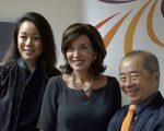 纽约州的副州长霍楚(中)、纽约亚裔妇女中心执行主任黎幕鹏(右一)。 (柯婷婷/大纪元)