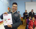 华裔消防员林远文到中华公所警民会,向民众宣导防火安全。 (蔡溶/大纪元)