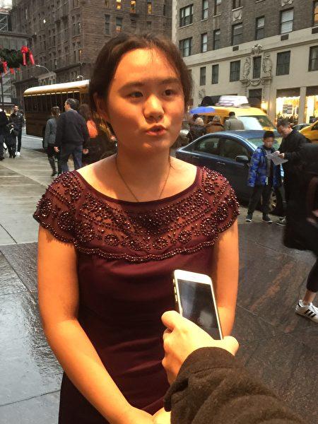 安徽独立作家张林女儿张安妮12月16日在纽约卡耐基音乐厅前接受采访。 (施萍/大纪元)