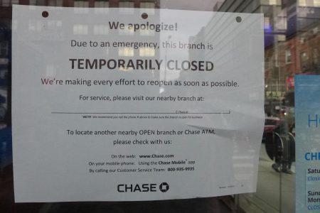 警方调查期间,银行贴出暂停营业告示。
