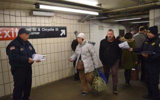 樓宇局工作人員在華埠格蘭街發放傳單,介紹非法改建的危害。 (樓宇局提供)