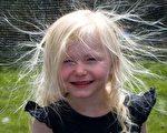 """冬天因为气候干燥,比较容易出现静电现象。图为一名小女孩的头发因为静电而""""怒发冲冠""""。(Fotolia)"""