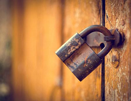 青松絮语:锁人锁己