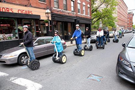 美国波士顿街头骑乘赛格威的民众。(VOA/UIG via Getty Images)