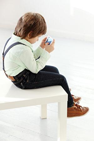现在的儿童比他们的父母更喜欢弯腰驼背。(Yeko Photo Studio/Shutterstock)