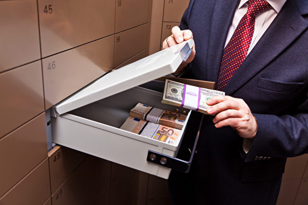 往银行保险箱里存大量现金虽不犯法,但也不是明智的做法。保险箱最正确的用途,是储存重要文件和贵重物品,但自己一定要留有一张物品清单(Shutterstock)