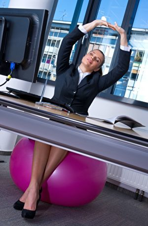 坐在锻练球上,脊椎用力做三维的转动。(dean bertoncelj/Shutterstock)
