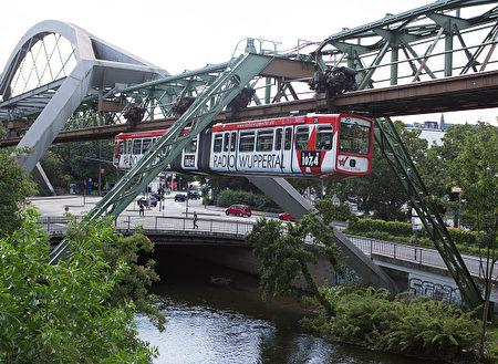 德国伍珀塔尔市的悬浮单轨列车。(Ulrich Baumgarten via Getty Images)