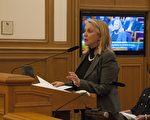 12月6日,旧金山交通局(SFMTA)董事会一致通过一项新的车站命名政策,规定车站应以地理位置命名。董事会秘书罗贝塔‧布墨(Roberta Boomer)在向董事会做政策报告。(周凤临/大纪元)