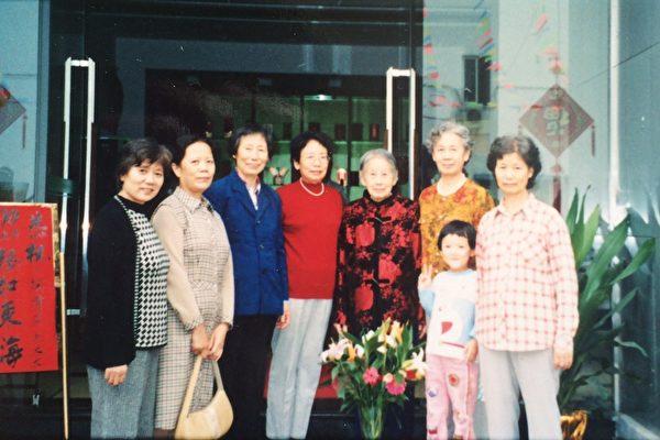 许家六姐妹和母亲(左五为母亲陶清芬,右三为许家玫)。(许家玫本人提供)
