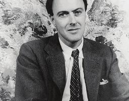 罗尔德•达尔(Roald Dahl,1916年9月13日-1990年11月23日)是著名的英国儿童文学作家、剧作家、短篇小说家。(维基百科公有领域)