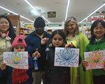 """马里兰州顶好超市举办""""亚洲手工角""""活动。图为工作人员与顾客展示手工制作的莲花和纸鹤等。(林乐予/大纪元)"""