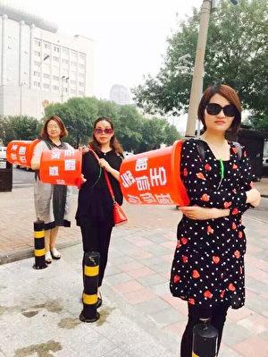 2016年6月6日,李文足(前)與其他「709」家屬在天津市看守所前抗議。(大紀元)