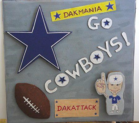 """图:这是我自己制作的牛仔迷立体海报。图中的一个穿着戴克4号球衣的卡通人物,食指指向天际,那正是戴克在""""达阵""""时之招牌胜利英姿。(作者提供)"""