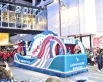 大年初一,香港旅发局举行新春花车巡游,庆祝丁酉鸡年的到来。打头阵是国泰港龙航空的花车。(摄影:郭威利/大纪元)