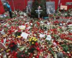 2016年12月19日德国柏林发生恐怖袭击,一位24岁突尼斯难民开卡车冲进圣诞市场,造成12死,约50人受伤。许多市民和游客在圣诞市场上献上鲜花、蜡烛、贺卡等,表示对受害者的悼念。(Sean Gallup/Getty Images)