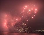 大年初二,香港新年烟花秀准时于晚上八点在维多利亚海港燃放,共23分钟,吸引近30万港人在维港两岸欣赏。(摄影:郭威利/大纪元)