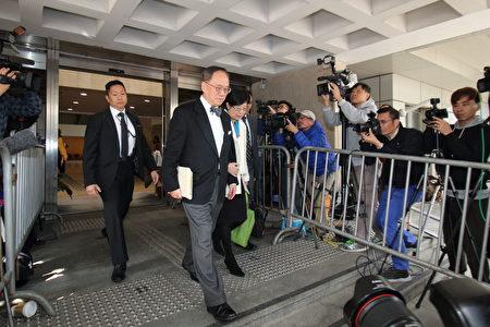 曾蔭權1月3日在太太曾鮑笑薇陪同下到法院應訊,他否認行政長官接受利益,及2項藉公職作出不當行為罪。(蔡雯文/大紀元)
