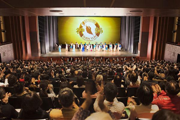 1月27日是中國人喜迎新年的大年三十之際,處處都滲透著濃厚中華古樸文化的日本京都,則是喜迎美國紐約神韻藝術團在當地的第二場演出之時。這座集日本文化藝術思想發祥地的古都,再次接受中國傳統文化的洗禮。Rohm京都會館當日再次高朋滿座,座無虛席,儘享中華正統文化的神奇之旅。(野上浩史/大紀元)