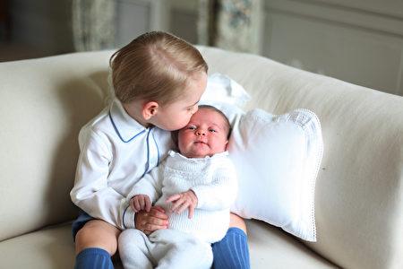 2015年6月6日,英国王室公布夏洛特小公主官方照片,乔治小王子(左)亲吻妹妹夏洛特小公主(右)。(DUCHESS OF CAMBRIDGE/KENSINGTON PALACE/AFP)