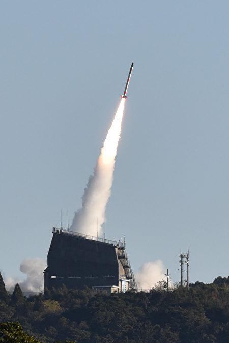 日本今天( 15日)发射世界上最小的SS-520火箭,但火箭升空不久即停止回传数据给地面控制中心。(AFP PHOTO / JIJI PRESS / STR / Japan OUT)
