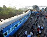 印度东部当地时间21日晚上一列特快车七节车厢及火车头脱轨翻覆,造成至少36人死亡,数十人受伤。(AFP PHOTO / STRINGER)