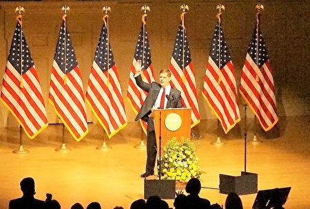 市长华殊发表2017市情咨文,宣布波士顿将提供免费学前教育,全场观众起立鼓掌。(贝拉/大纪元)