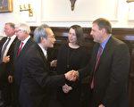 赖铭琪处长向史州长(右一)及第一夫人道贺。(经文处提供)
