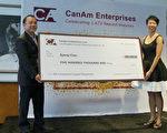 CanAm公司將50萬美元本金返還給投資人,右為CanAm 副總裁 Christine Chen。(楊陽/大紀元)