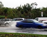 1月20日 (週五),又一輪雨雪將襲擊南加地區。图为南加州曾出现的罕见暴雨天气,市区积水猛涨,部分地区交通堵塞。(刘菲/大纪元)