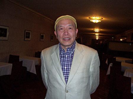 美华之音创办人陈荔滨对神韵赞叹不已。(周容/大纪元)
