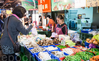 主計總處公布12月消費者物價指數,蔬菜、水果分別漲22.45%及18.81%,為近11年來最大漲幅。(陳柏州/大紀元)