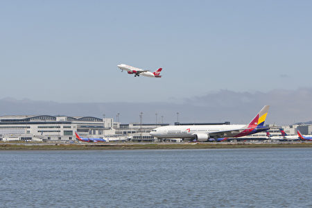 7月7日中午,一架韩亚空公司波音777飞机于韩亚航OZ214航班客机失事后一天,在旧金山机场正在准备起飞。(马有志/大纪元)