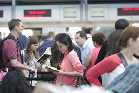 7月7日中午,一架韩亚空公司波音777飞机于韩亚航OZ214航班客机失事后一天,旧金山机场许多航班还在延期。图为排队等候的旅客。(马有志/大纪元)