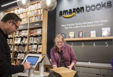 電子商務巨頭亞馬遜的市值已經超過3700億美元,遠超過包括西爾斯、梅西百貨和塔吉特等10家零售商的市值總和。圖為位於華盛頓州西雅圖的一家亞馬遜實體書店。 (Stephen Brashear/Getty Images)