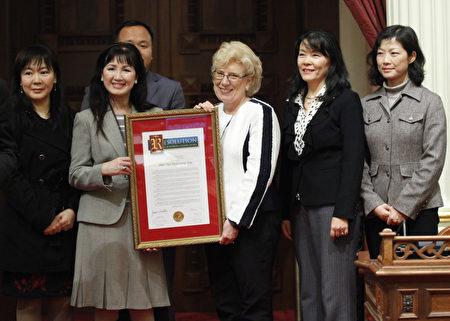 图:加州参议院少数党领袖简·富勒(右三)代表议会向神韵演出主办方代表颁发褒奖决议案。(加州议会提供)