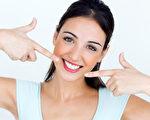年轻漂亮的女人与完美的微笑。(fotolia)