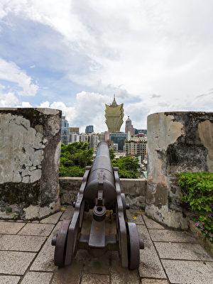 坎农守着古老的大炮台的城墙在中国澳门(fotolia)