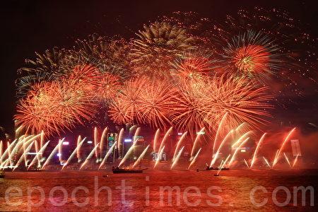 踏入2017年,維港上空有煙花匯演,由以往8分鐘延長至10分鐘,亦由6幕增至8幕,並加入多款全新的煙花圖案,包括「六星連環」、「蝴蝶飛舞」及「海中禮炮」等。(宋祥龍/大紀元)