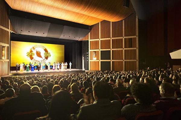 12月31日下午,神韵世界艺术团在汉密尔顿的第二场演出再次震撼整场观众。图为当天下午演员谢幕。(艾文/大纪元)