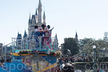 2017年的新年第一天,迪斯尼更是遊人如織,米奇、米妮、唐老鴨等人氣角色向遊客獻上新年問候。(遊沛然/大紀元)
