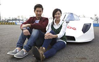 邱凯伟(左)、张本渝(右)在屏东大鹏湾赛车场合照。(台视提供)