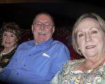 前休斯頓癌症研究中心總經理Steve Higgins先生與妻子Janet共同欣賞了當天的神韻演出。 Higgins先生表示:神韻具有非凡的教育意義。 (蘇菲/大紀元)