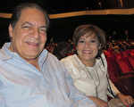 A.B.Alvarez 牧師和妻子Oga Eldras女士一同觀看了神韻今年在休斯頓的最後一場演出。 (麥蕾/大紀元)